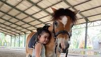 <p>Terbiasa berlatih dengan kuda, bocah 3 tahun itu sangat menyayangi hewan tersebut. Lihat potretnya yang menggemaskan, Bunda. (Foto: Instagram @nsyakieb85)</p>