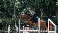 <p>Bunda dua anak yang sudah jarang tampil di layar kaca itu rutin berlatih di lapangan bersama kuda kesayangannya. Ia sudah mahir melakukan berbagai trik dengan melompati rintangan. (Foto: Instagram @nsyakieb85)</p>