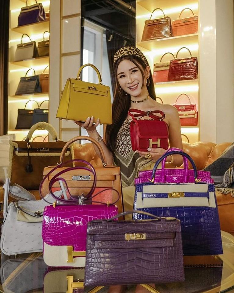 Sosialita tersohor bernama Jamie Chua tengah disorot karena menjual koleksi tas Hermes demi makan anak. Yuk intip sosoknya!