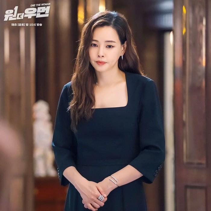 Dalam plot cerita di One The Woman, jaksa Yeon Joo mengalami kecelakaan dan terbangun sebagai sosok Kang Mi Na. Pun demikian, penampilan Honey Lee tak mengecewakan. Apalagi ketika menggunakan gaun warna hitam. Elegan banget!/Foto: instagram.com/sbsdrama.official