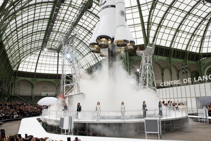 Grand Palais disulap menjadi stasiun roket luar angkasa untuk Chanel. Bukan sekadar pajangan, roket tersebut bahkan sempat 'lepas landas'. Foto: livingly.com/IMAXtree