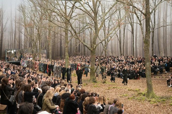 Nuansa hutan yang romantis dan klasik menjadi ilham dari koleksi dan konsep runway Chanel fall/winter 2018. Foto: livingly.com/IMAXtree