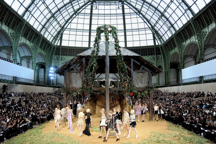 Peternakan menjadi tema dari koleksi Chanel spring/summer 2010. Selain konsep panggungnya, koleksi ini menandai akan kembalinya tren clogs pada saat itu. Foto: livingly.com/IMAXtree