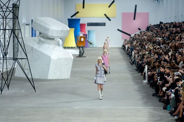 Seni memang tidak bisa dipisahkan dari dunia fashion. Dan Karl Lagerfeld menerjemahkannya ke dalam sebuah panggung serupa galeri yang memuat berbagai karya berhubungan dengan Chanel. Foto: livingly.com/IMAXtree