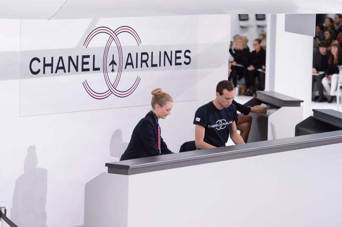 Baginya Karl Lagerfeld bandara adalah sebuah melting pot akan berbagai karakter dan gaya bertemu. Ia pun membuat sebuah 'bandara' Chanel pada koleksi spring/summer 2016. Foto: livingly.com/IMAXtree