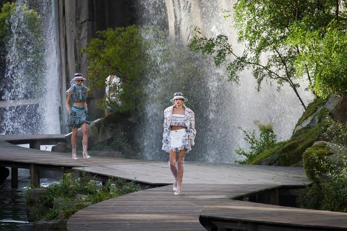 Lanskap pegunungan lengkap dengan air terjun menjadi konsep dari panggung peragaan Chanel spring/summer 2018. Foto: livingly.com/IMAXtree