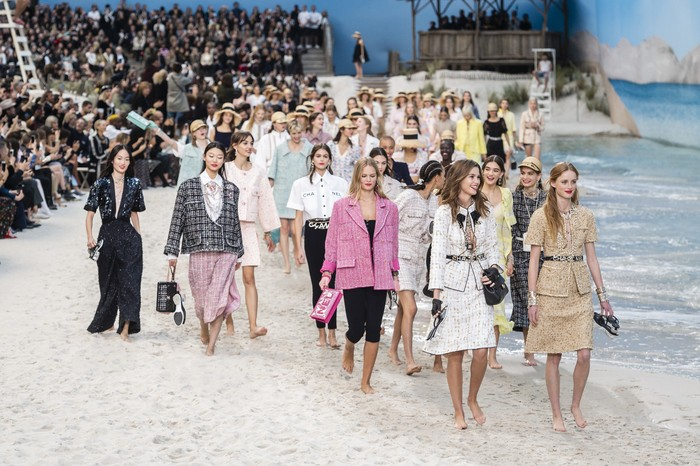 Untuk koleksi spring/summer 2019, pantai menjadi sumber inspirasi. Tak hanya pasir, Chanel bahkan menghadirkan 'laut' lengkap dengan deburan ombak. Foto: livingly.com/IMAXtree