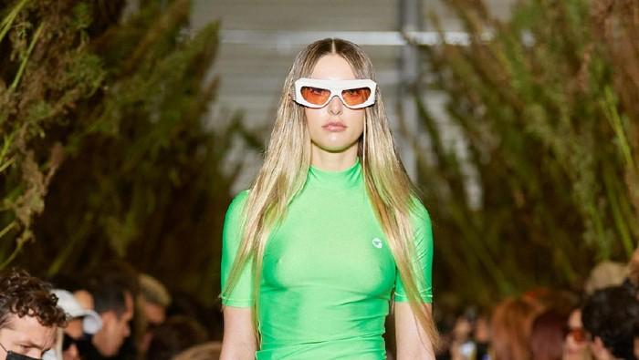 Simak Aksi Putri Bungsu Steve Jobs yang Tampil Jadi Model di Paris Fashion Week Bareng Gigi Hadid