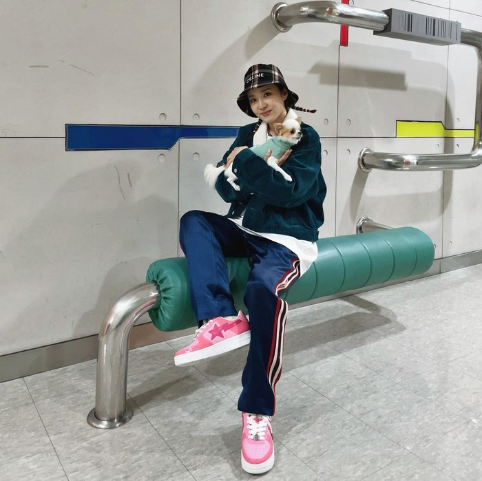 Eits, Sandara juga tak jarang mengunggah OOTD gaya swag abis, lho. Seperti saat ia mengenakan sneakers pink putih yang dipadukan dengan velvet track pants biru. Ia juga memakai bucket hat dari Celine agar terkesan hypebeast. (Foto: instagram.com/@daraxxi)