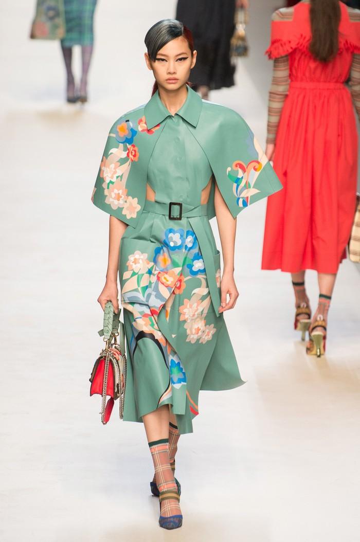 Tak hanya Chanel, Karl Lagerfeld yang kala itu juga menjadi creative director Fendi, turut menampilkan Ho Yeon untuk memeragakan koleksi spring/summer 2018. Foto: livingly.com/IMAXtree