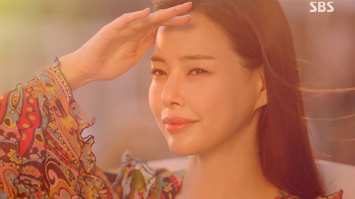 Kang Mi Na berkepribadian lembut dan sangat sopan. Sebagai menantu orang kaya, tentunya gaya fashion Mi Na terlihat modis, teutama perhiasan yang dikenakannya./Foto: instagram.com/haneeglobal