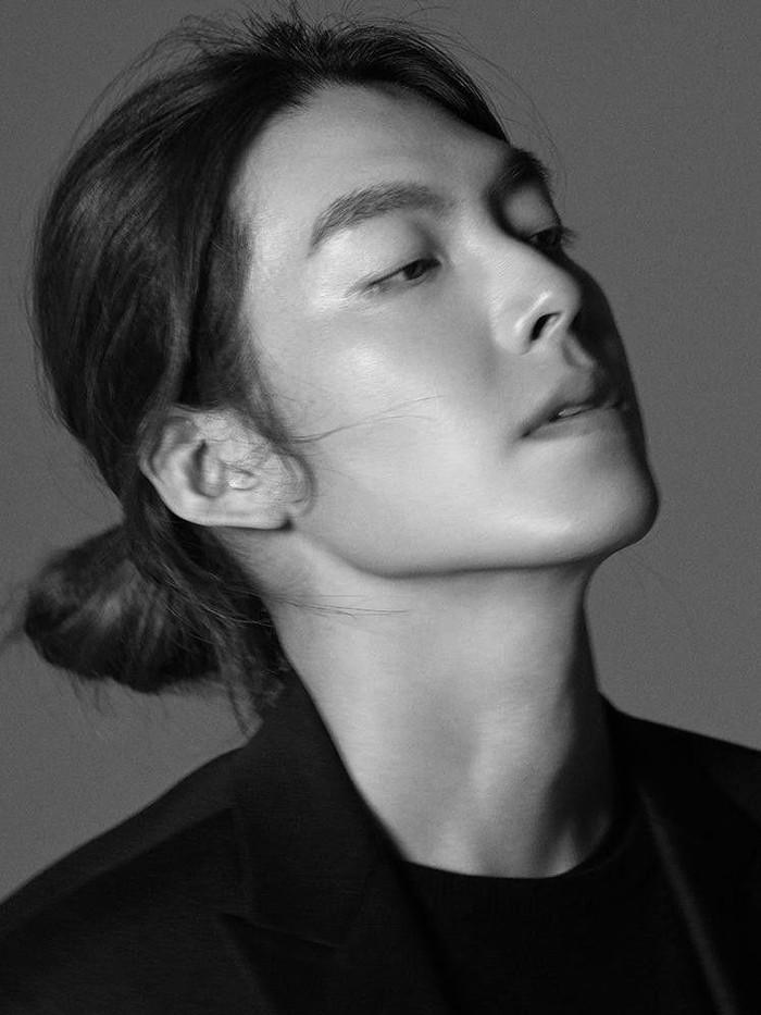 Nggak kalah keren dengan aktor lainnya, Kim Woo Bin juga 'pamer' rambut gondrong setelah ia sempat hiatus beberapa tahun lalu. Rambut gondrongnya ditata menjadi messy low bun hairstyle yang sangat cocok dengan bentuk dan garis tegas wajahnya!/Foto: Ahn Joo Young