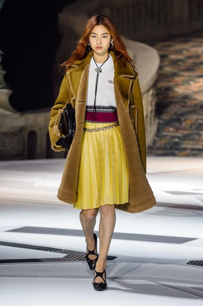 Louis Vuitton kembali mendaulatnya selama empat kali berturut-turut. Untuk fashion show koleksi fall/winter 2018 Jung Ho Yeon mengenakan gaya yang lebih feminin. Foto: livingly.com/IMAXtree