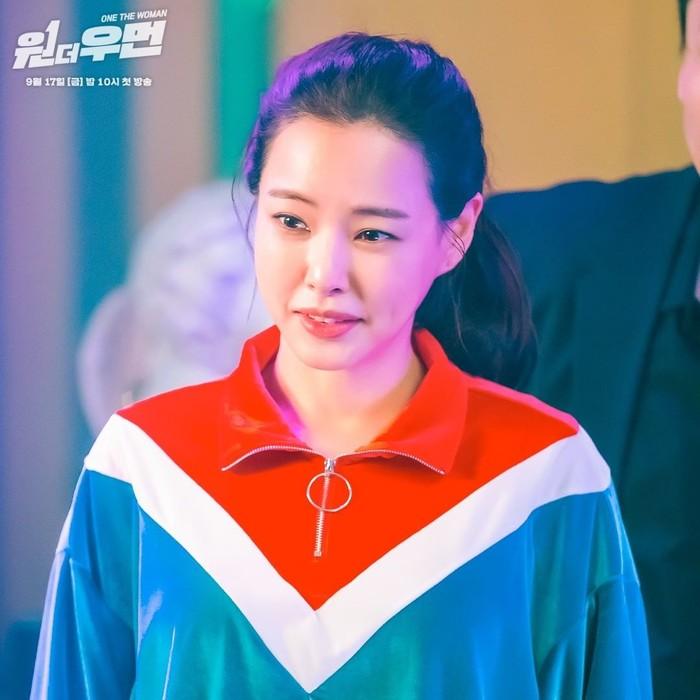 Honey Lee berperan sebagai dua sosok perempuan, yang pertama adalah jaksa Jo Yeon Joo. Menariknya, jaksa Jo Yeon Joo yang tampil modis ini sering berhubungan dengan geng preman. Ia pun pandai berkelahi dengan preman juga, Beauties./Foto: instagram.com/sbsdrama.official