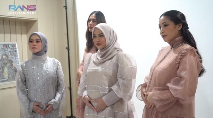 Menyambut kebahagiaan ini, Nagita Slavina mengajak ketiga temannya tersebut untuk melakukan maternity shoot bersama. Bukan tanpa alasan, ternyata ini dilakukan lantaran Raffi Ahmad yang sibuk bekerja dan ingin lebih seru-seruan bersama para bumil. (Foto: YouTube.com/Rans Entertainment)