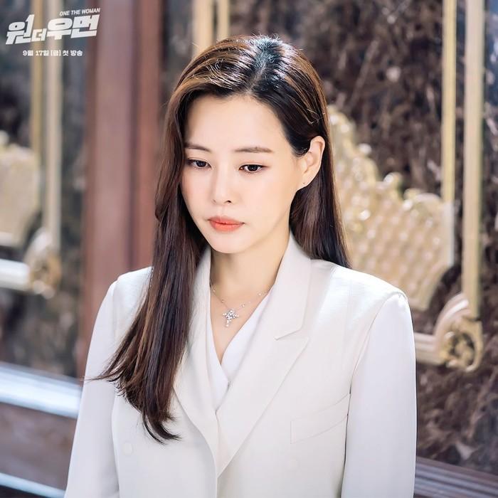 Peran keduanya di One the Woman, drama ini juga menampilkan Honey Lee sebagai menantu konglomerat. Ia bernama Kang Mi Na yang selalu tampil elegan dengan gaya fashion yang berkelas./Foto: instagram.com/sbsdrama.official
