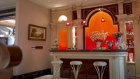<p>Di ruang tengah pula terdapat mini bar yang bergaya klasik mandarin. Namun, Dave dan keluarga jarang memakainya di situ. (Foto: YouTube Boy William)</p>