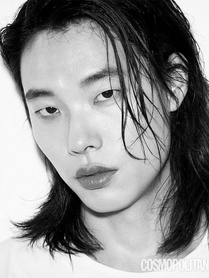 Aktor Ryu Jun Yeol yang membintangi drama Lost sejak September 2021 ini juga terlihat keren dengan rambut gondrong, lho. Gaya ini ia tunjukkan ketika melakukan pemotretan bersama Cosmopolitan. Dengan gaya half-ponytail, Ryu Jun Yeol terlihat makin berkarisma ya, Beauties!/Foto: soompi.com