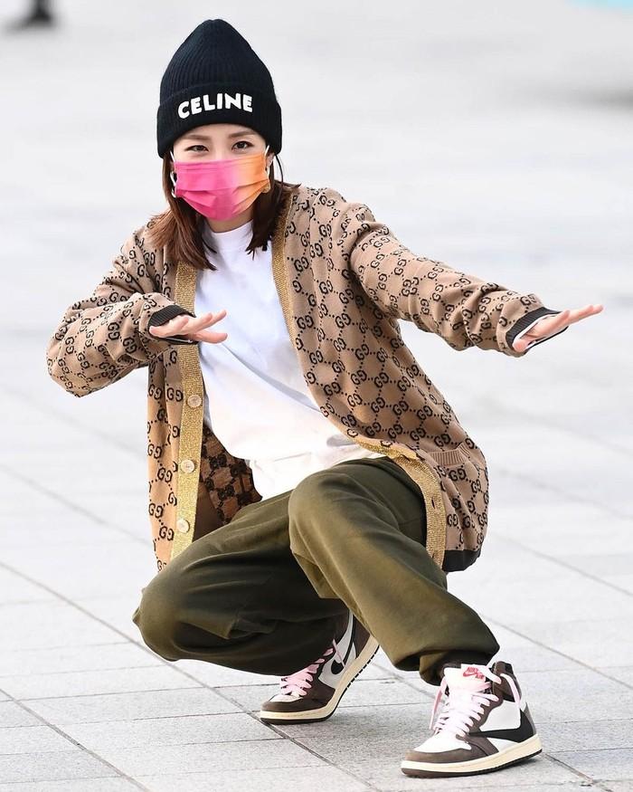Saat difoto media, Sandara tampak bergaya bak orang berselancar. Tampak sederhana, sebenarnya Sandara mengenakan high-end brand, yakni cardigan dari Gucci serta beanie dari Celine, yang dipadukan dengan Nike Air Jordans. (Foto: instagram.com/@daraxxi)