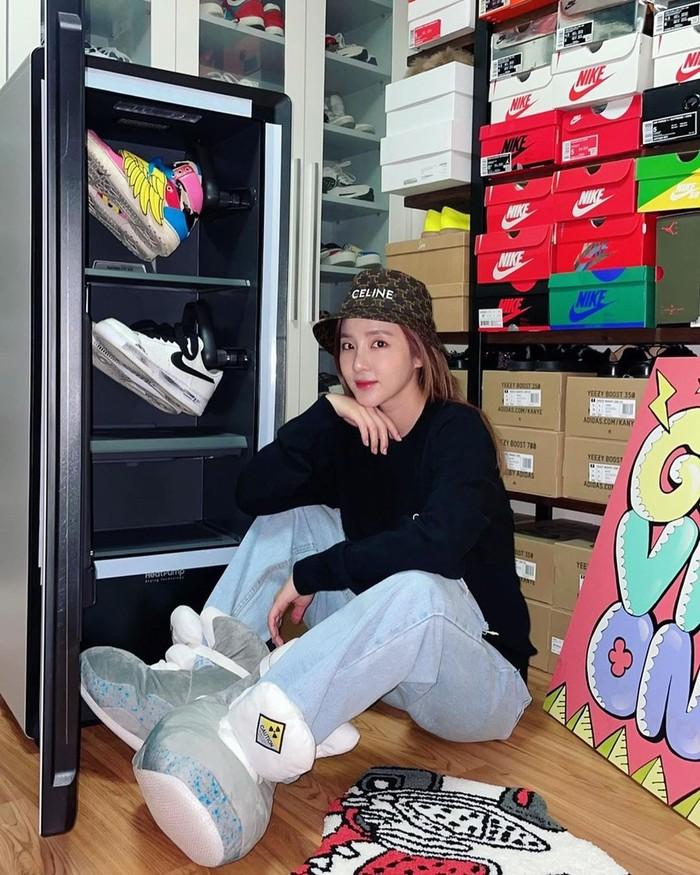 Sandara Park juga sempat memerkan koleksi sneakers nya yang tidak sedikit. Dalam fotonya, sepertinya brand Nike mendominasi nih Beauties. Ia bahkan memiliki lemari rak khusus untuk koleksi sepatu speasialnya. (Foto: instagram.com/@daraxxi)