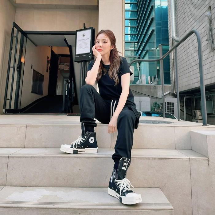Sandara Park saat ini kerap membagikan foto OOTD ala dirinya melalui akun instagram @daraxxi. Salah satu item esensialnya adalah sneakers. Seperti satu ini, ia memadukan Converse high top dengan outfit serba hitam. (Foto: instagram.com/@daraxxi)