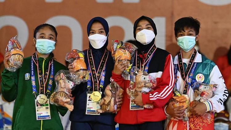 Anggun Nurajijah (berkerudung dan berseragam hitam) bersama dengan para atlet peraih medali.