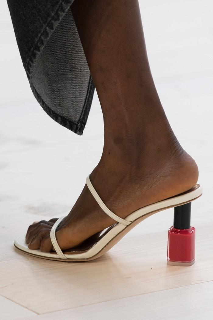 Sang desainer Jonathan Anderson tidak menyebut secara spesifik mengenai inspirasi. Meski terlihat nyentrik nyatanya para model masih bisa bebas berjalan di catwalk mengenakan sepatu ini. Foto: livingly.com/IMAXtree