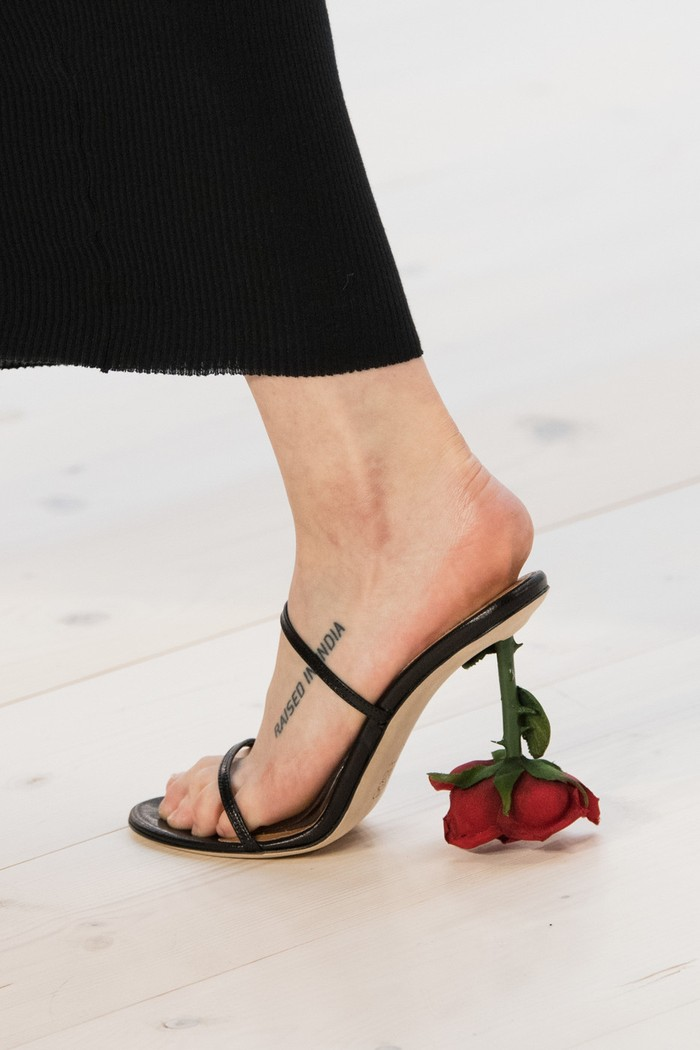Heels dalam rupa bunga mawar memberi kesan dramatis nan elegan pada penampilan di koleksi Loewe spring/summer 2022. Foto: livingly.com/IMAXtree