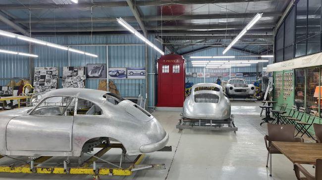 Tuksedo Studio Bali merupakan tempat restorasi mobil-mobil klasik asal Jepang dan Eropa.