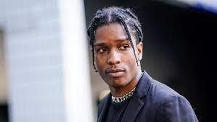 Album studio pertamanya Long. Live. ASAPmembuat rapper asal Harlem ini mejengdi Billboard 200 pada tahun 2013.Pria kelahiran 3 Oktober 1988 ini masuknominasi untuk Penghargaan BET untuk Artis Hip-Hop Pria Terbaik. A$AP Rocky sendiri diketahui mulai menekuni dunia rap sejak usia 13, tepatnya setelah kakak laki-lakinya terbunuh. (Foto: nytimes.com)