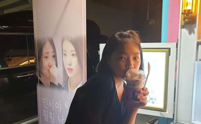 Jadi 'fans goals', Kim Minseo sampai menerima hadiah food truck dari IU sebagai dukungan ketika syuting drama Hometown Cha Cha Cha. Keduanya juga jadi dekat sejak bertemu dalam program ODG. Beruntung banget, ya!/Foto: instagram.com/actress_minseo