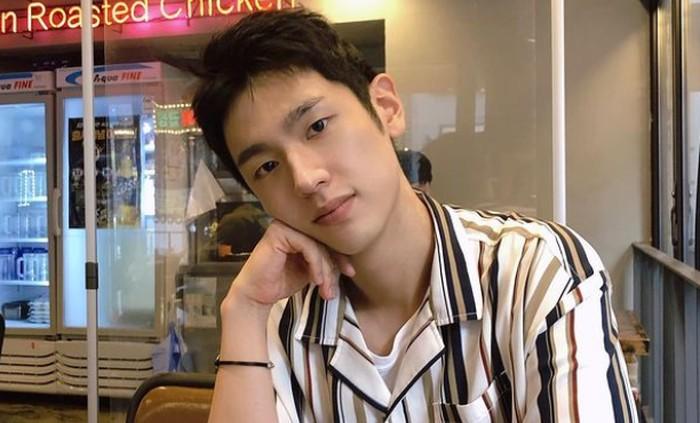Ketika terungkap, akun instagram Lee Jung Jun langsung diserbu oleh komentar positif para netizen. Banyak yang kagum dengan ketampanannya dan berharap ia segera main drama lagi sebagai peran utama./Foto: instagram.com/right_jun_