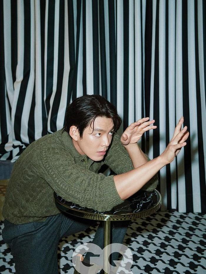 Dengan memadukan sweatshirt berbahan wol warna hijau serta celana panjang berwarna navy, Kim Woo Bin memamerkan gaya khas untuk musim gugur yang hangat. Meski terlihat simpel, namun tetap terasa berkelas./Foto: Courtesy of GQ Korea via soompi.com