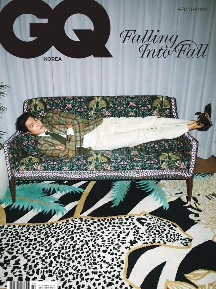 Dalam pemotretan bersama GQ Korea ini, Kim Woo Bin juga melakukan sesi pemotretan koleksi musim gugur bersama label fashion Ralph Lauren. Dengan perpaduan blazer bermotif kotak-kotak, celana putih, dan sepasang loafer shoes, Kim Woo Bin terlihat keren banget ya, Beauties!/Foto: Courtesy of GQ Korea via soompi.com