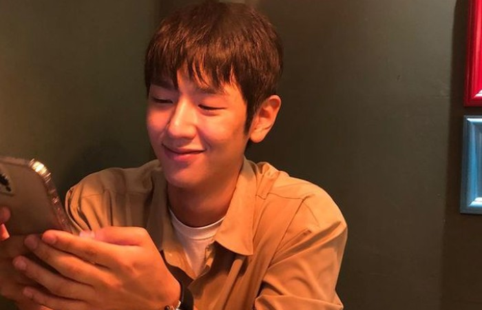 Melihat sosok Lee Jung Jun yang gagah dalam Squid Game, tidak sedikit penonton yang terkejut ketika mengetahui usia aslinya. Bahkan penonton mengaku akan percaya kalau aktor pendatang baru ini dibilang sebagai seorang tentara./Foto: instagram.com/right_jun_