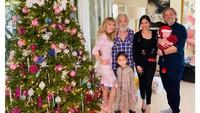 <p>Shelby Chong juga kerap mengundang Rahma Azhari ke acara keluarganya, seperti ketika sedang merayakan natal. Begitu pula sebaliknya, Bunda. Rahma Azhari juga merayakan Idul Fitri bersama keluarga suaminya di Amerika. (Foto: Instagram @raazharita)</p>