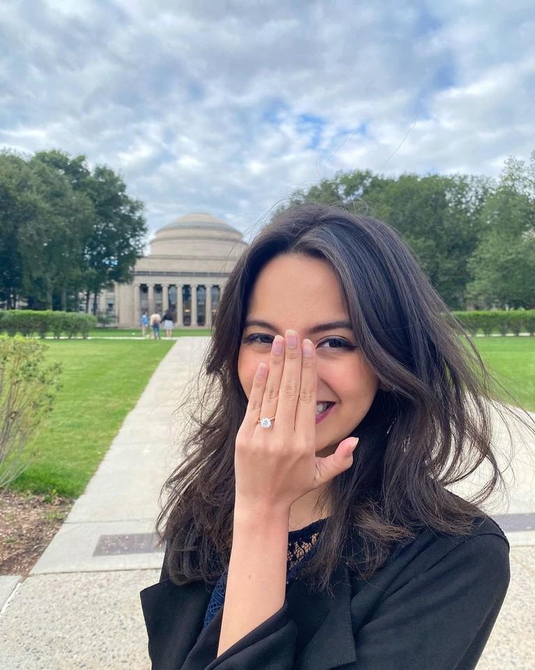 Romantis, CEO Ruangguru Belva Devara Lamar Kekasih di Halaman Kampus MIT