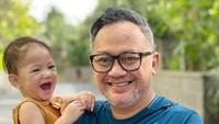 <p>Di sela kesibukannya, Indra bahkan menjadi Ayah siaga yang mengurus anak serta keponakan tersayangnya. (Foto: Instagram @indrabrasco)</p>
