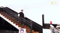 <p>Ivan Gunawan juga mempercantik tangga di rumahnya dengan perpaduan gaya klasik dan modern. Tangga terlihat tetap hangat dengan unsur warna kayu. (Foto: YouTube maharani kemala)</p>