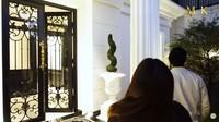 <p>Ivan memasang pintu megah dengan desain mewah agar rumahnya terlihat semakin cantik. Pintu tersebut dipilih sendiri oleh Ivan karena ia sangat menyukainya. (Foto: YouTube maharani kemala)</p>