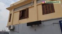 <p>Meski masih berdiri dengan kokoh, kondisi rumah Nabi Muhammad SAW sudah terlihat sangat tua. Banyak bagian rumahnya yang terlihat usang karena tidak pernah diganti. Beberapa jendela kayunya bahkan terlihat rusak. (Foto: YouTube Sahabat Salam)</p>