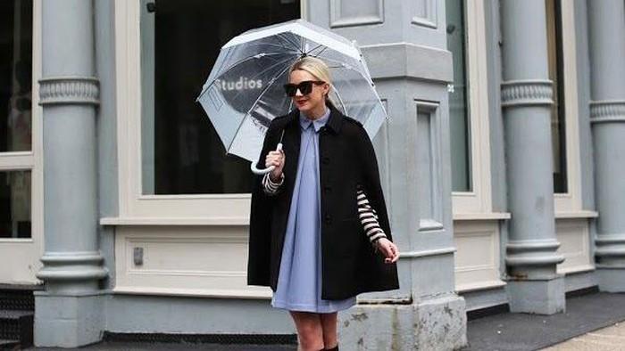 5 Pilihan Outfit yang Pas untuk Digunakan di Musim Hujan, Wajib Disiapkan!