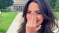 <p>Momen Belva melamar Sabrina bisa dibilang romantis dan penuh kejutan. Lantaran, Puteri Indonesia Riau 2019 itu sempat di-<em>prank</em> Belva untuk melakukan sesi foto biasa. (Foto: Instagram @belvadevara)</p>