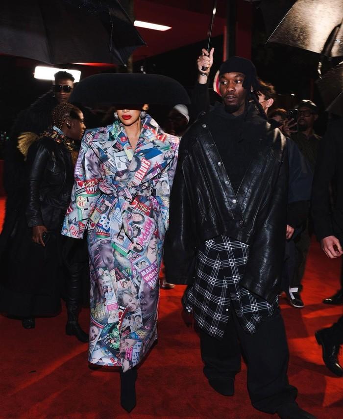 Cardi B memberi dukungan pada sanga suami, Offset, yang berjalan di fashion show Balenciaga. Ia memakai coat bermotif dan headpiece dari koleksi Balenciaga haute couture. Foto: Instagram Cardi B