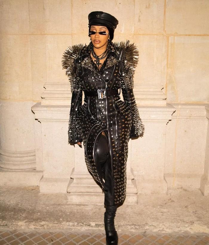 Gaya rebel dikenakan Ibu dari Kulture ini saat mengunjungi kantor Balenciaga. Coat berhiaskan embellishments tersebut merupakan rancangan desainer Richard Quinn. Foto: Instagram Cardi B