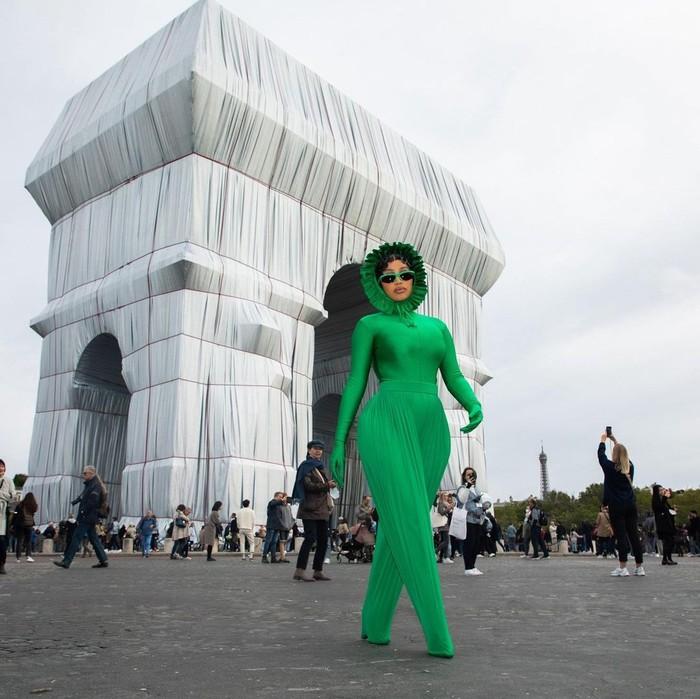 Mengunjungi Arc de Triomphe, Cardi B tampil playful dalam busana serba hijau dari koleksi terbaru Richard Quinn. Foto: Instagram Cardi B