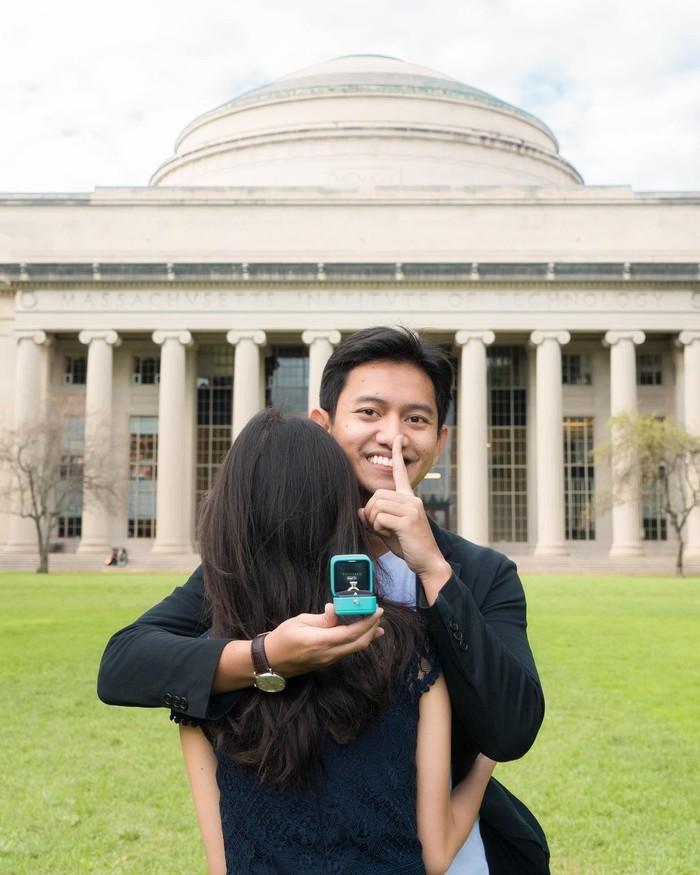 Bukan tanpa alasan, ternyata MIT yang termasuk ke dalam jajaran universitas terbaik di dunia ini menjadi tempat keduanya menimba ilmu. Dalam Instagram pribadinya, Sabrina mengungkap kebahagiaannya karena tempat yang dulunya hanya mimpi ini menjadi memiliki makna yang lebih dalam lagi usai dilamar kekasihnya tersebut. (Foto: Instagram.com/belvadevara)
