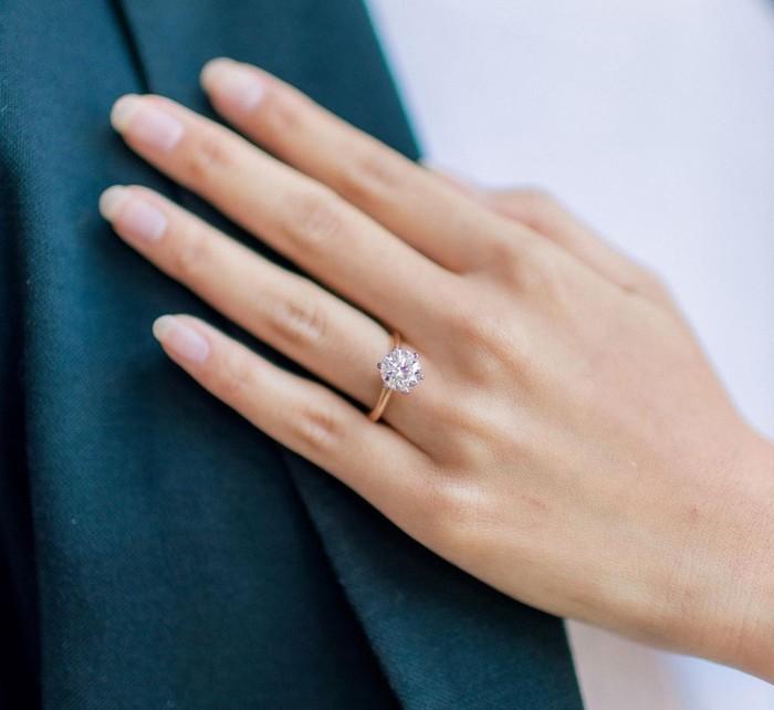 Dengan cincin berlian bermodel sederhana, CEO Ruang Guru ini sukses membuat momen berkesan untuk kekasihnya tersebut. Tak hanya itu saja, melihat berbagai potret keduanya yang dibagikan di laman Instagram, banyak membuat netizen mendadak baper pada pasangan muda berprestasi ini. (Foto: Instagram.com/sabrinaanggraini)