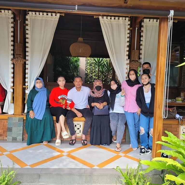 Foto-foto Mesra Liburan Keluarga Zaskia Gotik
