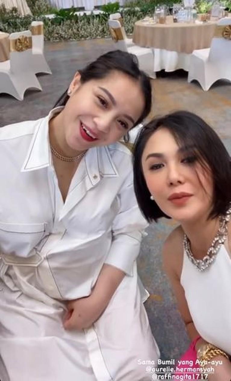 Yuni Shara dan Nagita Slavina tampak bertemu di suatu acara, mereka tampak akrab hingga Yuni mengelus perut Gigi. Yuk intip!